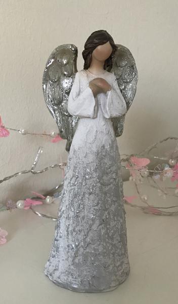 a848a521743b Vakker engel med sølv vinger og sølvpyntet kjole. - Nettbutikken Sonte